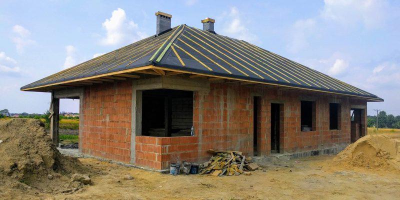 Widok budynku z dachem od strony wschodnio-południowej (front i lewy bok domu)