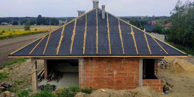Widok budynku z dachem od strony południowej (lewy bok domu)