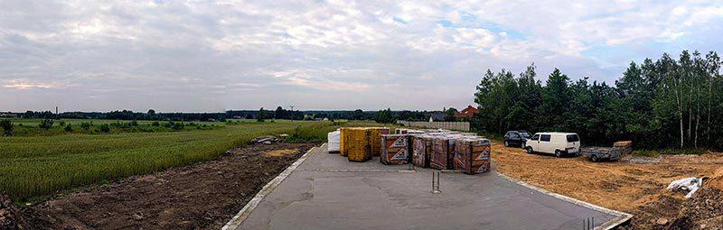 Panorama okolicy z zalanym fundamentem