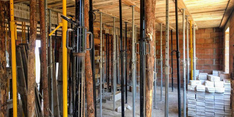 Widok z pomieszczenia ze stemplami podtrzymujacymi strop
